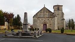 FR 17 Aumagne - Monument aux morts et église Saint-Pierre.jpg