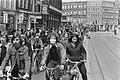 Fietstocht Amsterdam autovrij in Amsterdam overzicht stoet fietsers, Bestanddeelnr 927-1855.jpg
