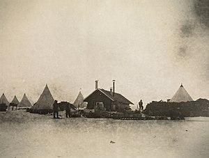 Framheim - Image: Framheim med telt, hundespann og utstyr rundt omkring, 1911 (7648958346)