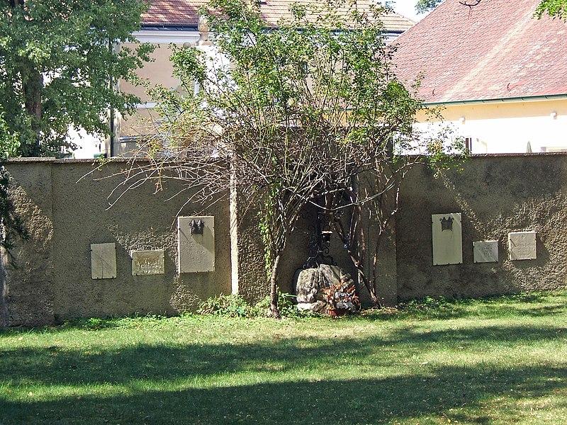 File:Friedhof Breitenlee, Vienna.jpg