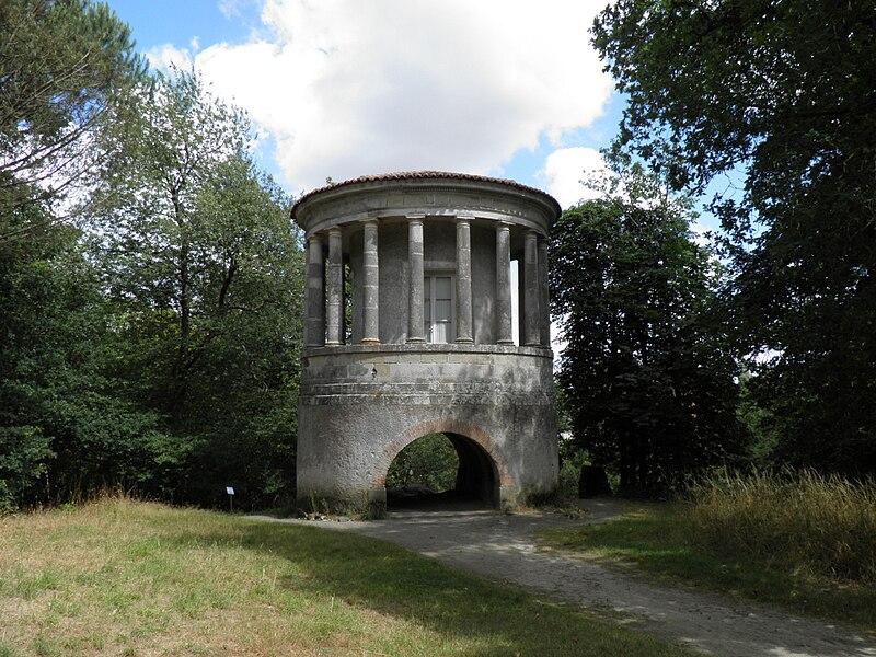 Temple de Vesta. Inspiré du Tholos de la villa Tivoli près de Rome, et dessiné par Mathurin Crucy. Fabrique du domaine de la Garenne Lemot, Gétigné - Clisson, Loire-Atlantique, France.