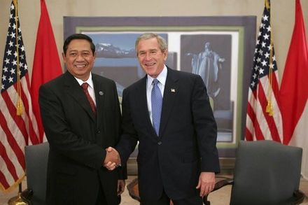 Yudhoyono with former US President George W. Bush while attending APEC summit in 2004. - Susilo Bambang Yudhoyono