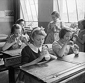 Meninas fotografadas em Baldock County Escola Conselho em Hertfordshire desfrutar de uma bebida de leite durante uma pausa no dia de escola em 1944.