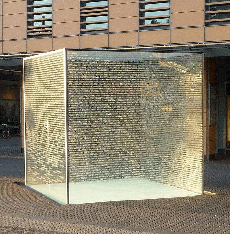 Glaskubus mit den Namen der ermordeten Juden Mannheims - panoramio.jpg