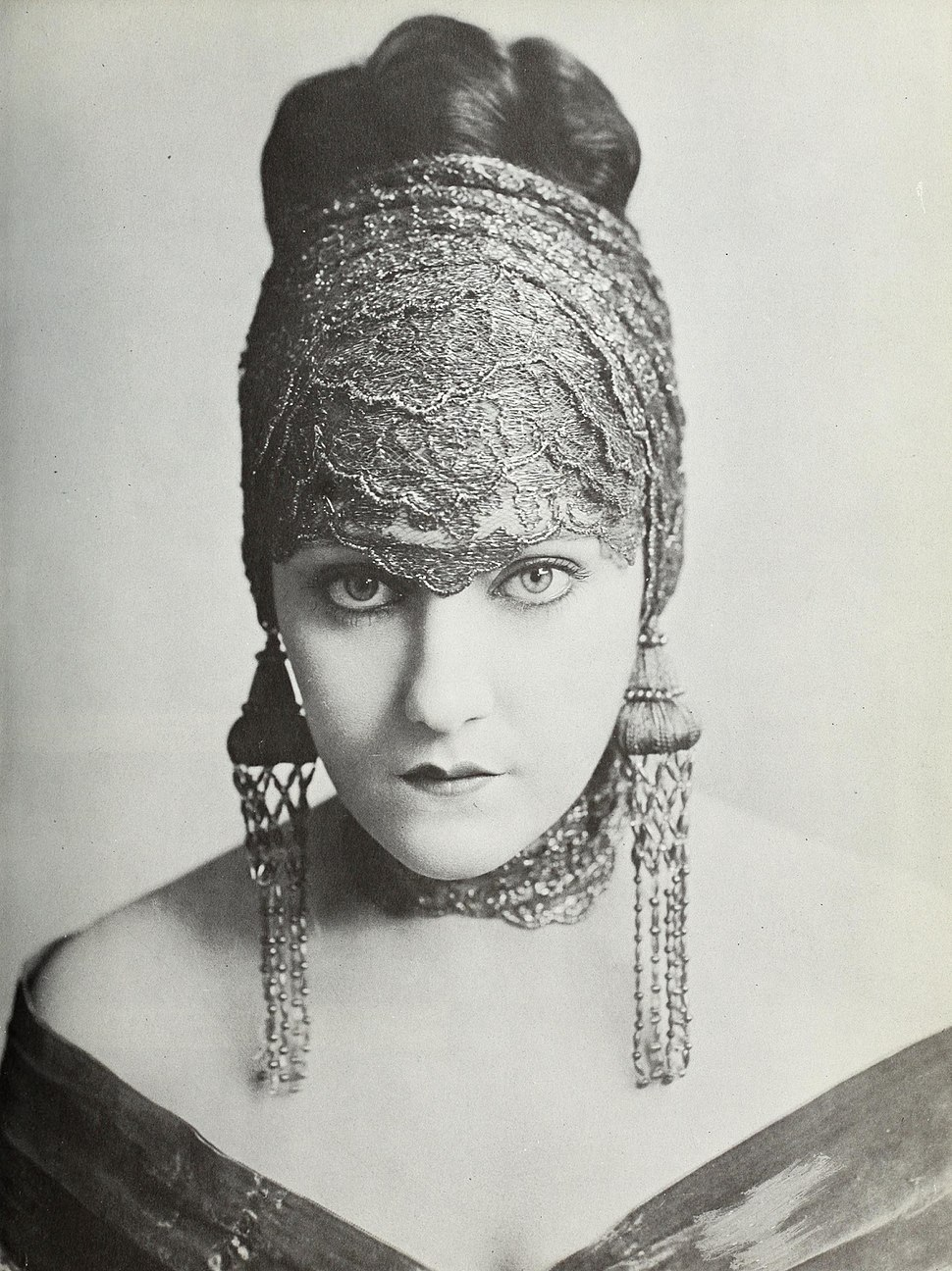 Gloria Swanson - A Pictorial History of the Silent Screen