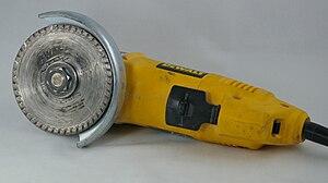 English: An angle grinder with a diamond blade...