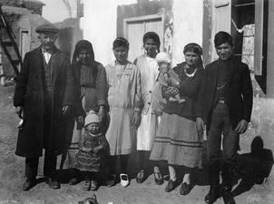 Gruppbild av Milia- familj. Milia - SMVK - C01116.tif