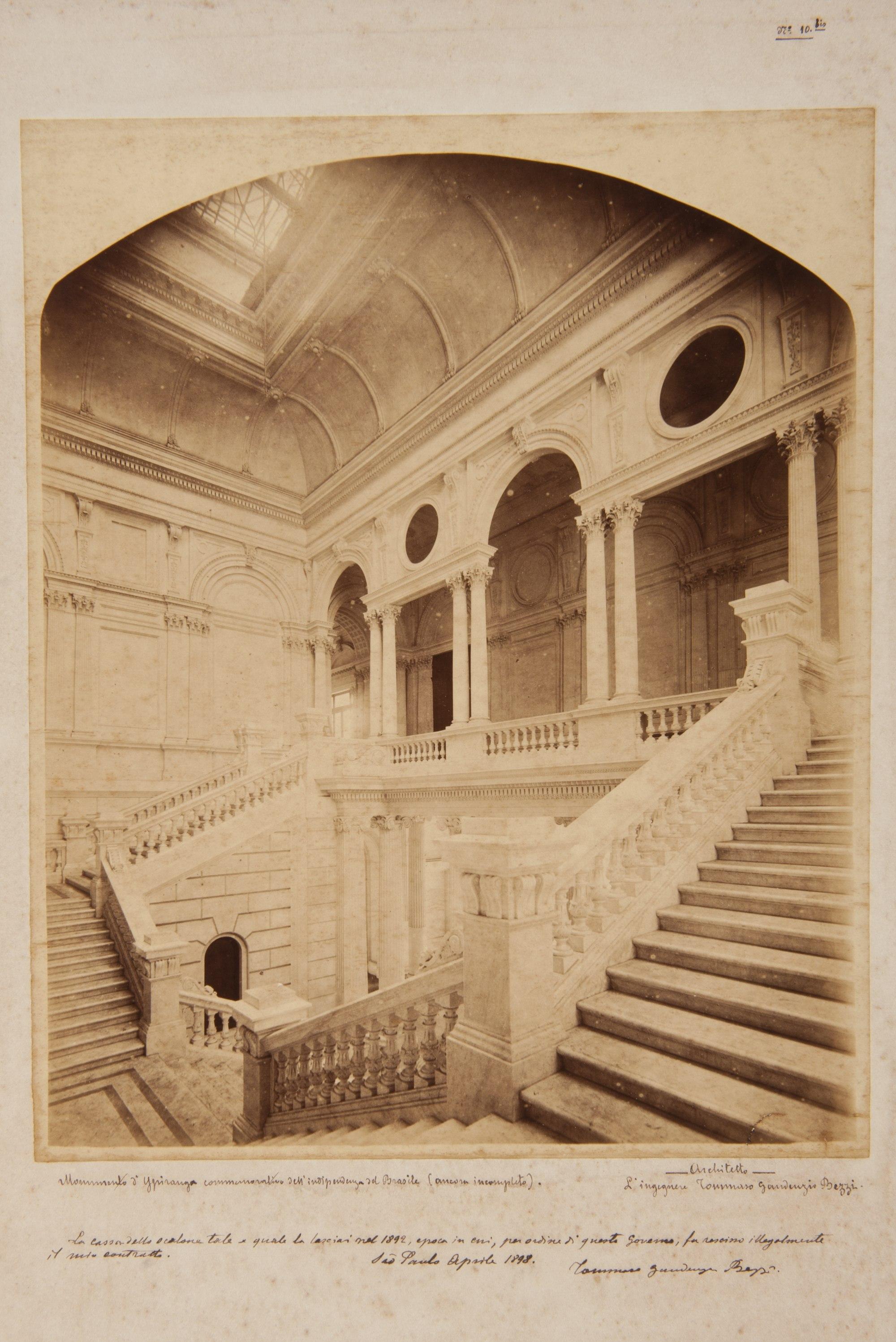 Interior do Edifício-monumento do Ipiranga: Andar superior visto da escadaria central