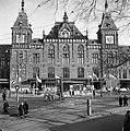 HUA-150064-Gezicht op een gedeelte van de voorgevel van het N.S-station Amsterdam C.S. te Amsterdam.jpg