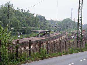 Gruiten station - On the left are the tracks to Cologne; on the right the tracks to Düsseldorf