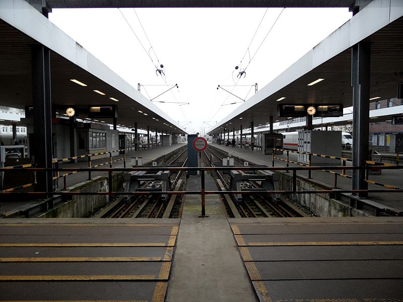 File:Hamburg - Bahnhof Altona - Fernbahnsteige (6790293736).jpg
