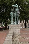 Hannover, sculptuur Mann mit Pferd van Hermann Scheuernstuhl IMG 5558 2018-07-09 12.00.jpg