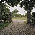 Hekpijlers en openstaand metalen hek moestuin - Heijen - 20349914 - RCE.jpg