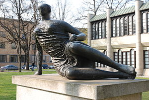 Draped Reclining Woman 1957–58 - Henry Moore, Draped Reclining Woman 1957–58 (Grosse Liegende), in the Skulpturenpark Pinakotheken in Munich
