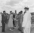 Het koninklijk gezelschap op het vliegveld Zanderij bij het vertrek uit Suriname, Bestanddeelnr 252-4789.jpg