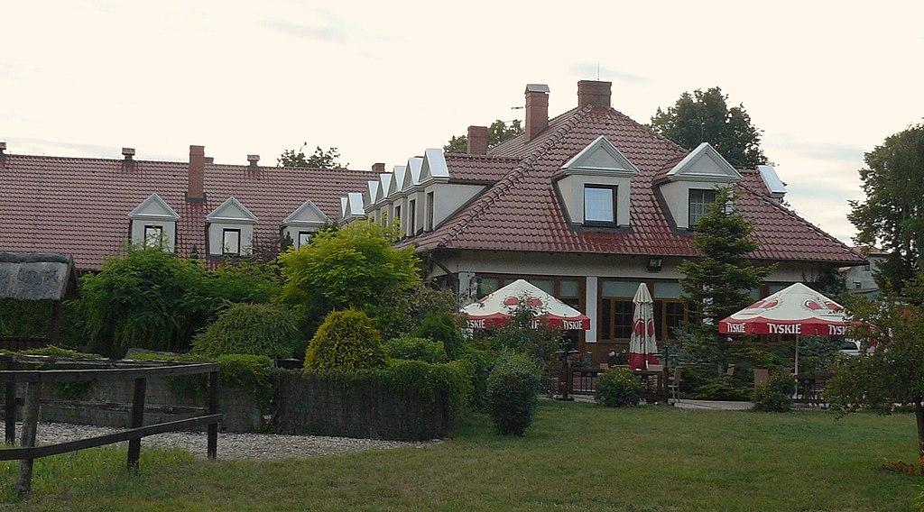 1024px-Hotel_Hubertus_Rokocin_%283%29.JPG