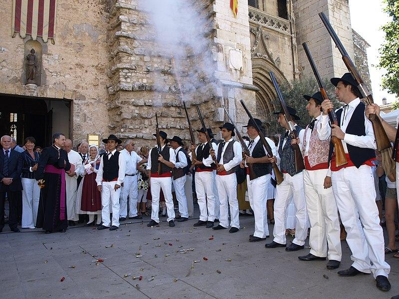 I fucili che sparano a salve dopo la messa