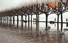 L'esplanade d'Aix-les-Bains inondée à la suite de la crue du lac du Bourget de février 1990