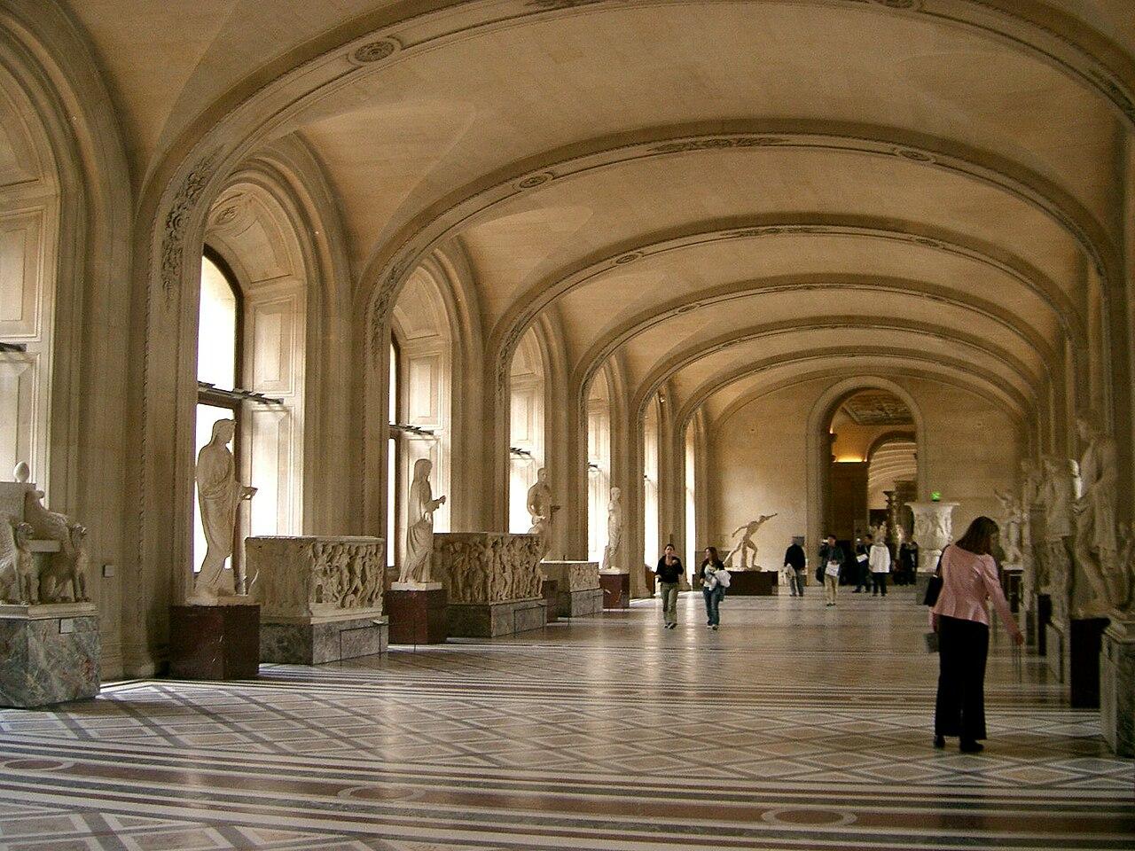 File:Inside the Musée de Louvre, 12 May 2004.jpg ...