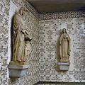 Interieur- gang met ex-vototegels en beelden van Anna met Maria en de Heilige Theresia van Lisieux - 20000659 - RCE.jpg