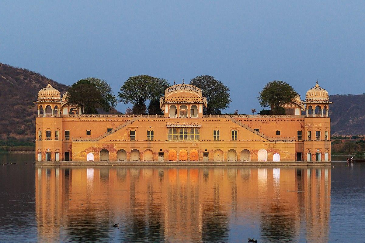 Un bâtiment - ajonc - 17 février trouvé par Jovany 1200px-Jaipur_03-2016_39_Jal_Mahal_-_Water_Palace