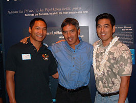 Jason Scott Lee (l.) met Nainoa Thompson (m.) en Layne Luna, 2003
