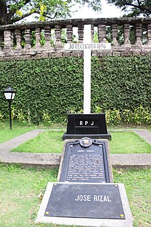 jos rizals original grave at paco park in manila slightly renovated and date repainted in english