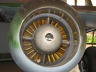 Junkers Jumo 004 - Frontal view of a Jumo 004 engine mounted in a nacelle on an Me 262 fighter. The pull-starter handle for the Riedel APU unit to start the 004 is clearly visible in the center of the engine's intake diverter.