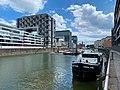 Köln Rheinauhafen Marina mit Kranhäusern und anlegendem Schiff.jpg