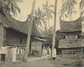 KITLV - 151107 - Demmeni, J. - Rumah Gadang (large Minangkabau house) with rice barn in Solok - circa 1910.tif