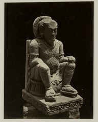 KITLV 28240 - Isidore van Kinsbergen - Sculpture of seated figure with the residency in Kediri - 1867-08-1867-09.tif
