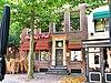 Huis met gevel met rechte kroonlijst en voordeur met pilasteromlijsting