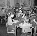 Kinderen aan tafel in een schoolkas, Bestanddeelnr 252-8961.jpg