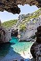 Klippen an der Bucht Stiniva auf der Insel Vis, Kroatien (48693506618).jpg