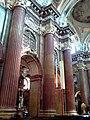 Kościół św. Antoniego w Poznaniu. Boczna nawa z kolumnami.jpg