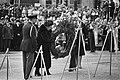 Koningin Juliana en Prins Bernhard leggen een krans bij het monument, Bestanddeelnr 930-2542.jpg