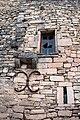 Lacoste fenêtre et meurtrière sur une maison.jpg