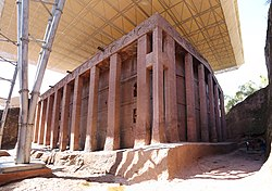 Lalibela, chiesa di bete medhane alem, esterno 08,0.jpg