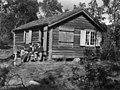 Lappefogd Ornes hytte i Storviken. Fürst, Borgen og Nesheim sitter på trappen, 1956 - Norsk folkemuseum - NF.05535-102.jpg