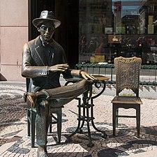 Lisboa-Rua Garrett-Estatua de Fernado Pessoa-20140917.jpg