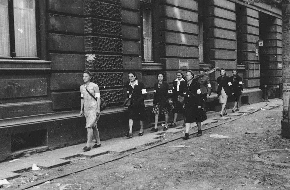 Lokajski - Sanitariuszki na ulicy Moniuszki (1944)