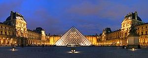 Glaspyramide des Louvre