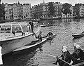 Meisjes padvindsters brengen vanuit hun boten een groet aan Lady Baden-Powell di, Bestanddeelnr 906-6737.jpg