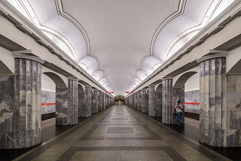 Петербуржец получил ножом вспину ввагоне метро