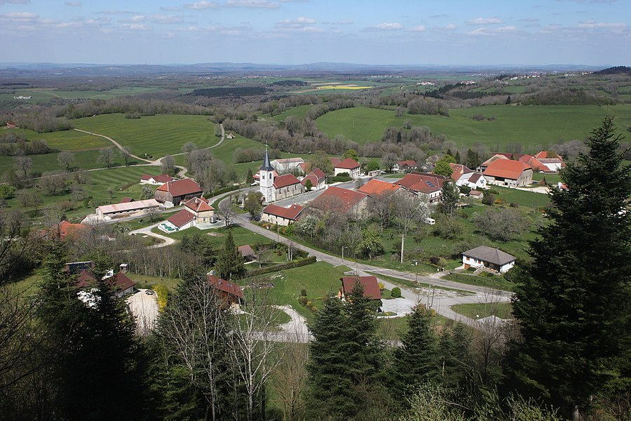 Vue du village de Montmahoux (Doubs) depuis la butte dominant le village.