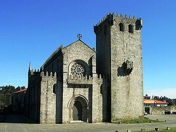 Monasterio de Leça do Balio con una alta torre adosada a la iglesia que dota al conjunto de un aspecto de fortaleza.