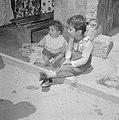 Nazareth Portret van twee jonge kinderen die op een stoep zitten, Bestanddeelnr 255-3239.jpg