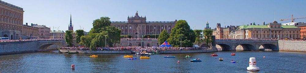 Hele Norrbro set fra øst i juli 2010.   Fra venstre:   Stockholms Slott, bronze første del med en hvælving, Helligåndholmen og Vandbredshaven (med Riksdagshuset i baggrunden) udgør bronze anden del, så følger bronze tredje del med tre hvælvinger og Gustav Adolfs torv (med Arveprinsens palads i baggrunden).