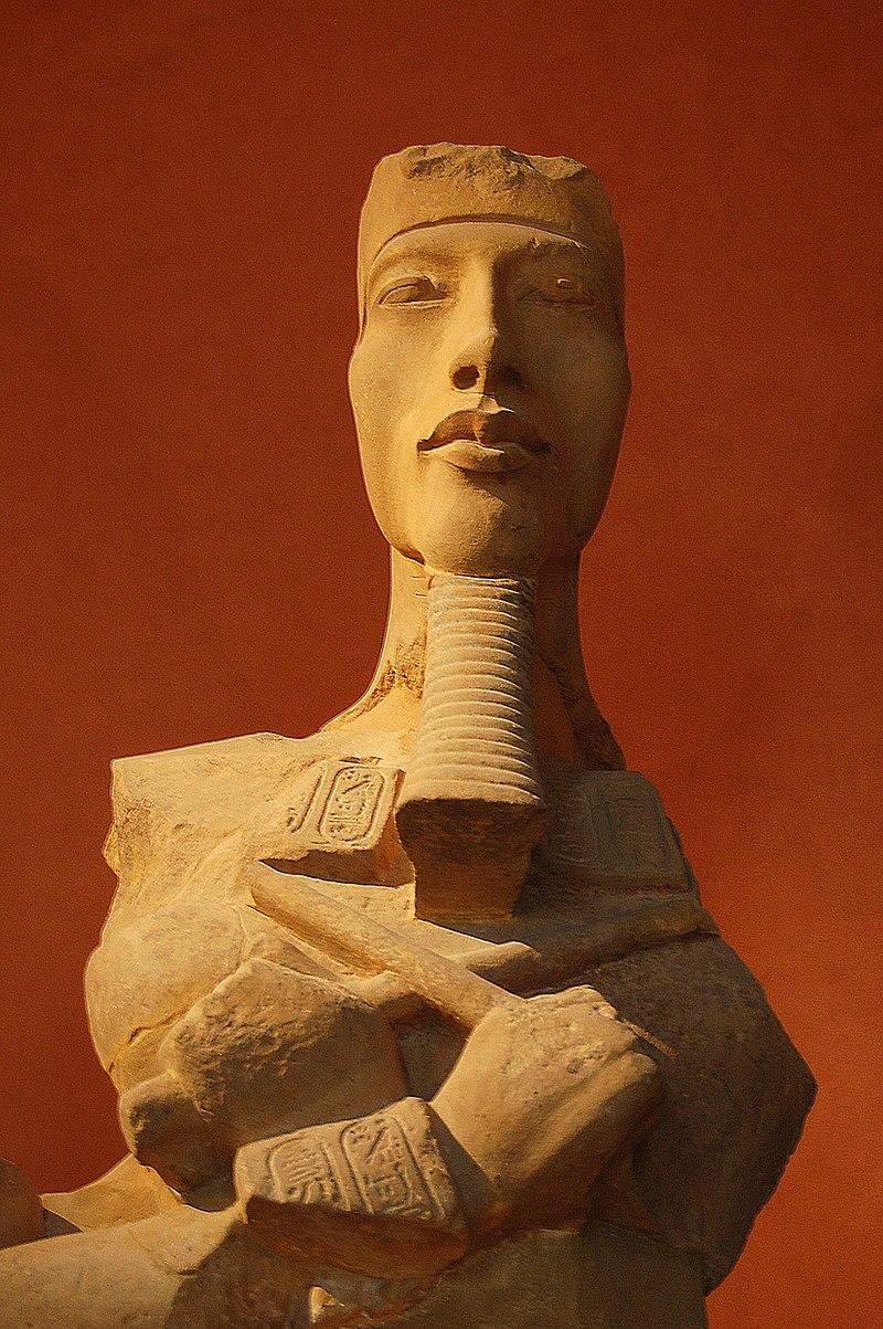 busto de Akhenatón 800px-Pharaon_Akh%C3%A9naton%2C_Louvre