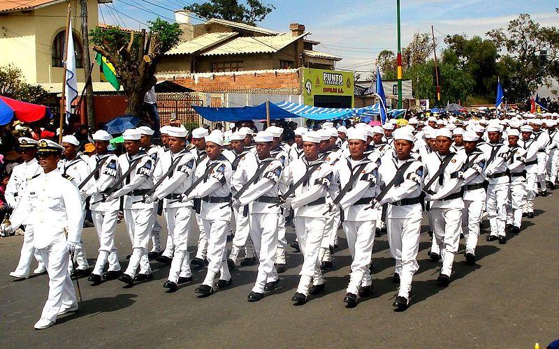 Policías militares navales durante un desfile en Bolivia.